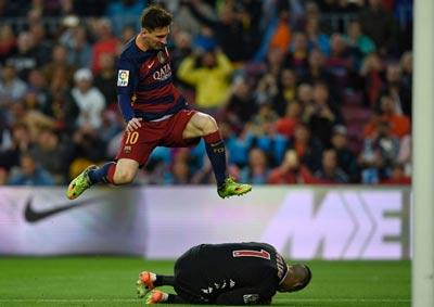 """Chi tiết Barca - Gijon: """"Cơn điên"""" của Suarez (KT) - 4"""