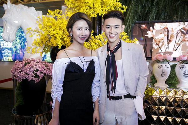 """Quỳnh Anh Shyn mặc váy nội y """"tình tứ"""" bên trai lạ - 7"""