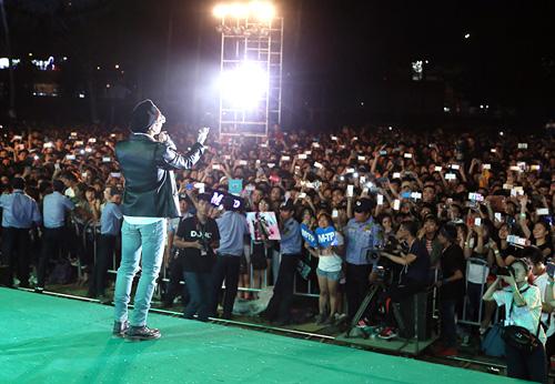 """Sơn Tùng, Hoàng Thuỳ Linh khiến 20.000 sinh viên """"phát cuồng"""" - 3"""