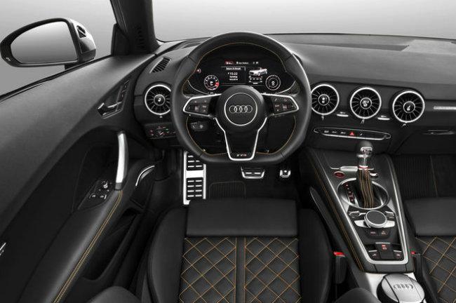 Audi TTS 2016: Không quá ngạc nhiên khi các chuyên gia cảm thấy ấn tượng nhất với nội thất của Audi TTS 2016, đặc biệt là hệ thống thông tin giải trí với buồng lái ảo được tích hợp các màn hình đa năng trong một bảng điều khiển. Với cách làm này, Audi đã định nghĩa lại những trải nghiệm của lái xe trong một chiếc coupe thể thao cỡ nhỏ bằng việc xắp đặt các nút điều khiển cùng hệ thống điều hòa nhiệt độ ở những nơi thông minh hơn.
