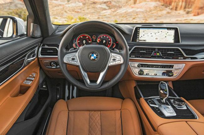 BMW 7 Series 2016: mẫu xế lá cờ đầu của BMW lọt vào danh sách này nhờ vào hệ thống điện tử tinh vi. Trong số những công nghệ mới được tìm thấy của 7 Series gồm có một hệ thống iDrive đã được cải tiến với tính năng điều khiển bằng cử chỉ cùng một chìa khóa thông minh đóng vai trò kép khi có một màn hình thông tin nhỏ.