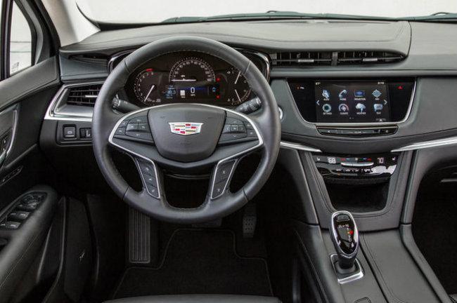 2017 Cadillac XT5: Chiếc XT5 mới của Cadillac ăn điểm cao về mặt nội thất nhờ các chất liệu chất lượng cao và độ sang chảnh của nó. Đó là loại gỗ hồng đào, da cao cấp, ngay cả loại gương gắn camera chiếu hậu cũng thể hiện sự đổi mới sáng tạo vô cùng ấn tượng. Trong khi hệ thống thông tin giải trí CUE trên xe cũng thể hiện sự toàn mỹ và tiện ích.