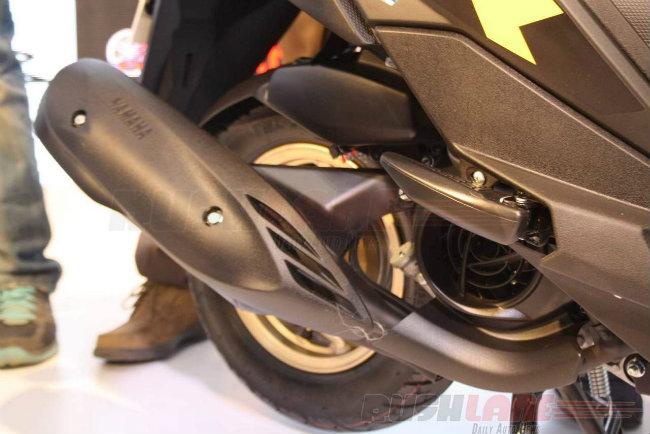Về sức mạnh, Ray ZR cũng được trang bị bộ động cơ Blue Core, dung tích 113 cc giống nhủ Ray Z. Tuy nhiên Ray ZR sản sinh công suất mạnh hơn so với Ray Z 1 mã lực, với tổng công suất 7.2 mã lực và mô-men xoắn cực đại 8.1 Nm.