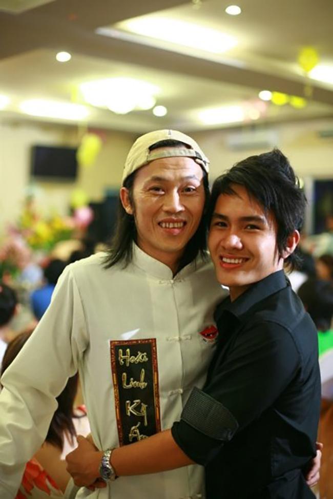 Mới đây, cư dân mạng xôn xao với thông tin Hoài Linh có một người con trai ruột có tên gọi Võ Lê Thành Vinh. Được biết, Hoài Linh đã từng một lần chia sẻ, anh có con lớn sinh năm 1990.