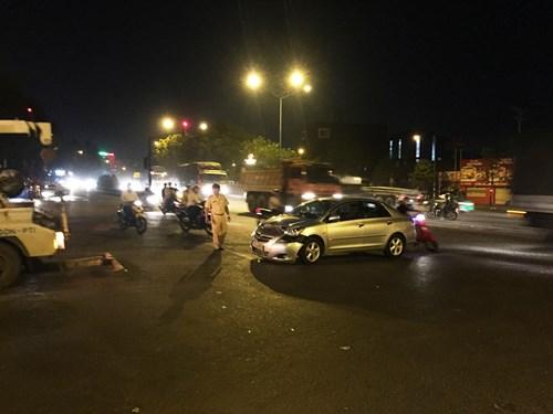 Thanh niên bị đuổi đánh gãy tay, chân sau va chạm xe - 2