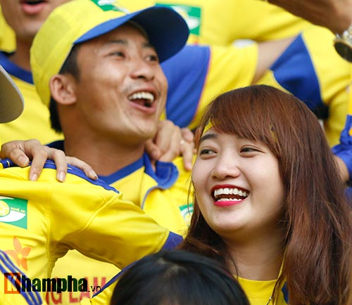 Fan nữ xinh SLNA & HAGL đọ sắc trên sân Pleiku - 3