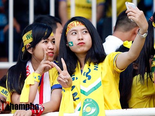 Fan nữ xinh SLNA & HAGL đọ sắc trên sân Pleiku - 4