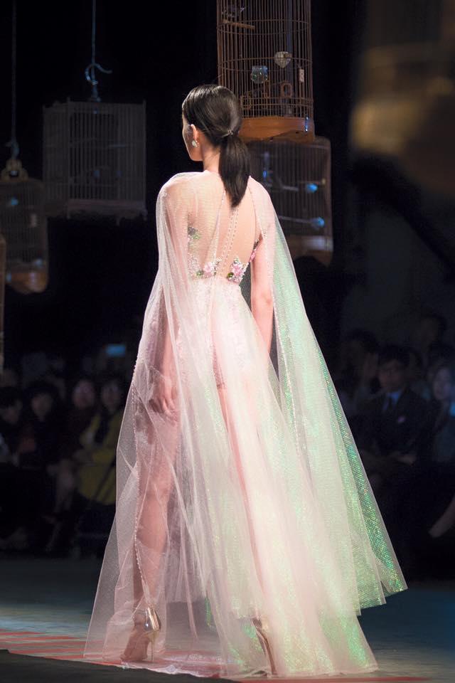 Váy hot nhất tuần: Đầm xuyên thấu bị chê của Kim Oanh - 3