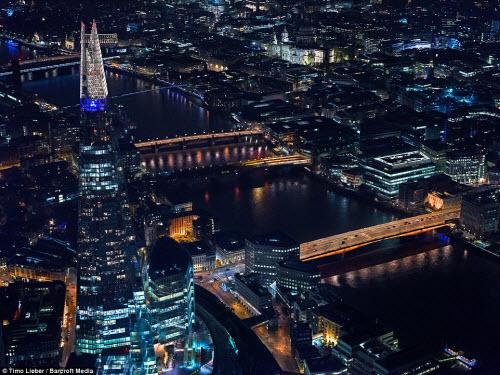 Ngắm thủ đô nước Anh đẹp lung linh về đêm từ trên cao - 1