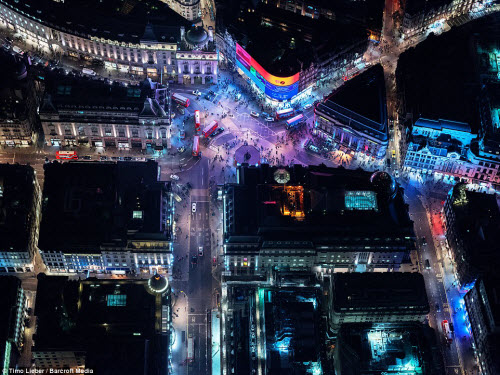 Ngắm thủ đô nước Anh đẹp lung linh về đêm từ trên cao - 2