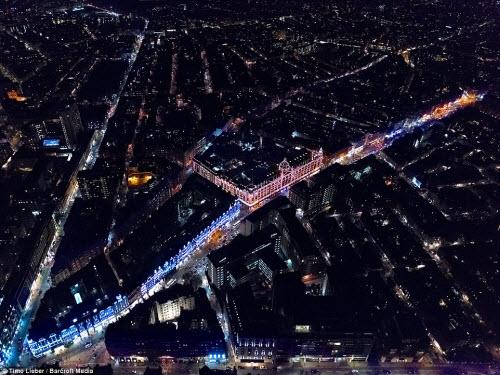 Ngắm thủ đô nước Anh đẹp lung linh về đêm từ trên cao - 4