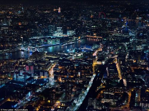 Ngắm thủ đô nước Anh đẹp lung linh về đêm từ trên cao - 5