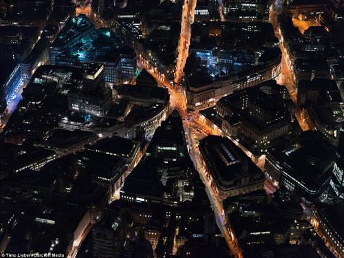 Ngắm thủ đô nước Anh đẹp lung linh về đêm từ trên cao - 6