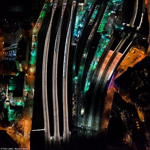 Ngắm thủ đô nước Anh đẹp lung linh về đêm từ trên cao - 8