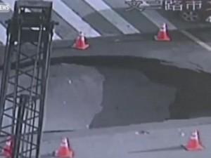TQ: Khoảnh khắc mặt đường sụp thành hố tử thần khổng lồ