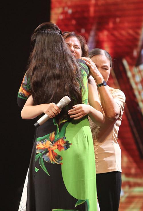 Giọng ca 16 tuổi khóc nức nở khi gặp lại mẹ tại X-Factor - 4
