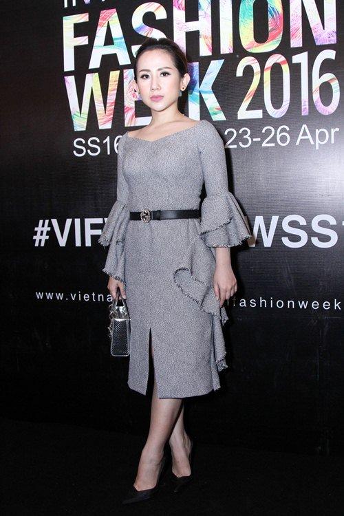 Thiếu nữ mặc bạo đi xem tuần lễ thời trang Việt - 22