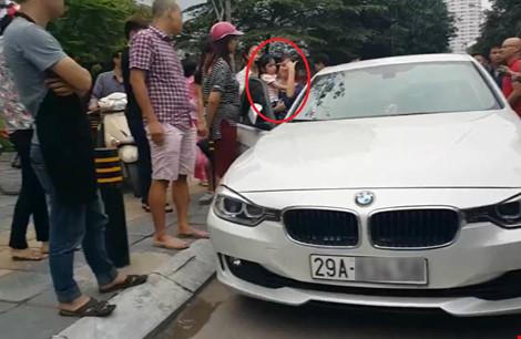 Bố dùng búa đập vỡ kính xe BMV để giải cứu con gái - 1