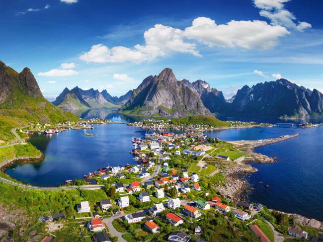 Khi tới thăm làng chài Reine trên quần đảo Lofoten ở Na Uy, du khách có thể chiêm ngưỡng cảnh núi non hùng vỹ và hiện tượng bắc cực quang, hay tham gia các hoạt động như tắm biển, chèo thuyền, câu cá và đi bộ leo núi.