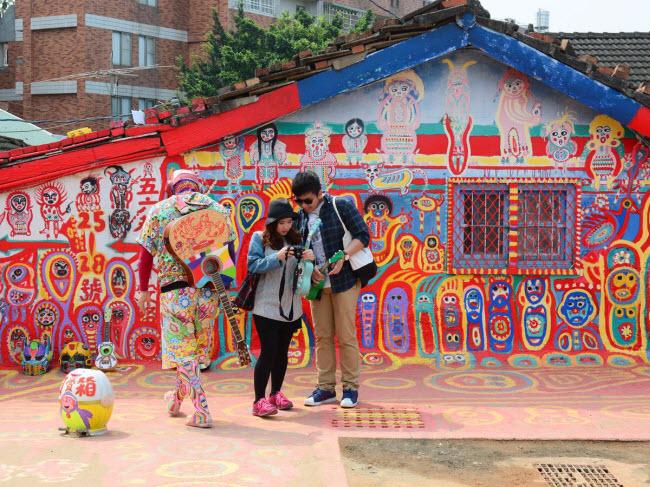 Ngôi làng Cầu vồng ở Đài Loan  nổi tiếng với những bức tranh nhiều màu sắc. Họa sĩ  Huang Yung-Fu đã vẽ tranh trên tường của những ngôi nhà và các lối đi trong làng khi chúng có dấu hiệu xuống cấp.