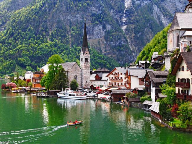 Ngôi làng Hallstatt được bao quanh bởi hồ  Hallstätter See  và núi Dachstein ở Áo. Du khách có thể đi thuyền trên hồ hoạc đi bộ dọc lối mòn Echerntal để chiêm ngưỡng cảnh đẹp mê hồn của ngôi làng nhỏ này.