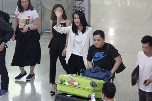 Hồ Hạnh Nhi và chồng điển trai gây nghẽn sân bay Việt - 3