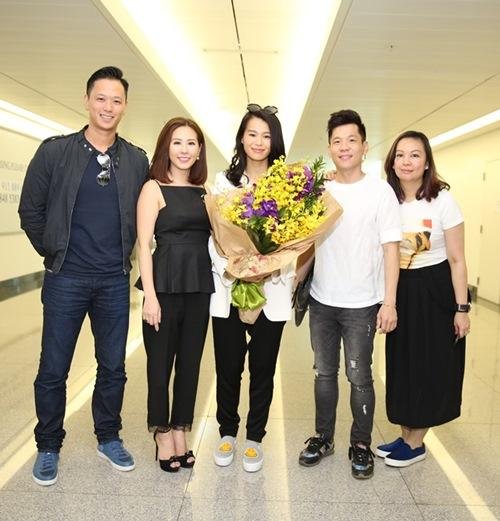 Hồ Hạnh Nhi và chồng điển trai gây nghẽn sân bay Việt - 2