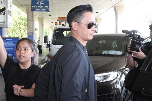 Hồ Hạnh Nhi và chồng điển trai gây nghẽn sân bay Việt - 5