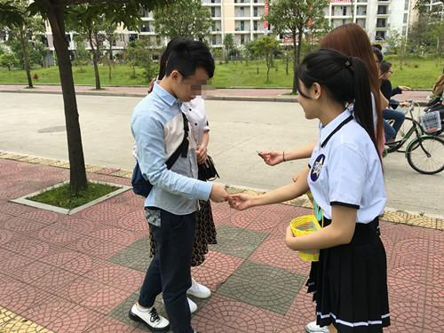 Xôn xao nữ sinh cấp 3 mặc đồng phục phát bao cao su - 4