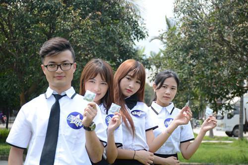 Xôn xao nữ sinh cấp 3 mặc đồng phục phát bao cao su - 5