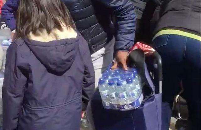 Anh: Dân xúm xít hôi nước uống ở giải marathon quốc tế - 1