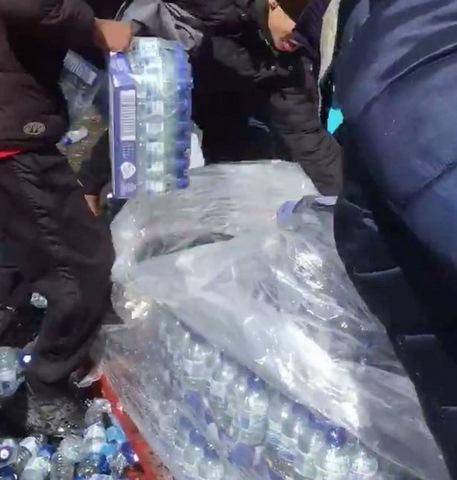 Anh: Dân xúm xít hôi nước uống ở giải marathon quốc tế - 2