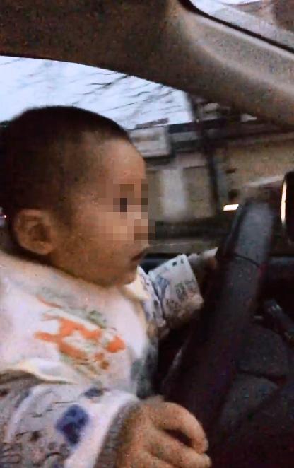 Clip bé trai lái ô tô giữa phố - Trẻ con đeo yếm lái ô tô - 1