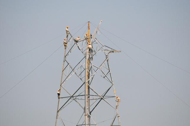 Ảnh: Phơi nắng giữa trời sửa cột điện 500kV đổ sập - 3