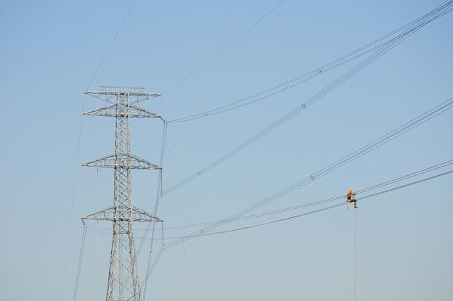 Ảnh: Phơi nắng giữa trời sửa cột điện 500kV đổ sập - 4