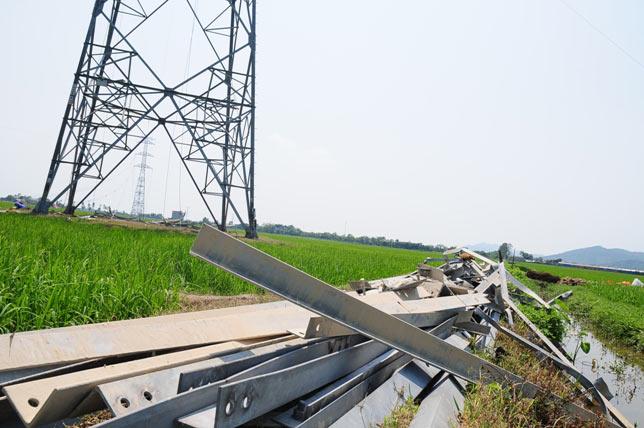 Ảnh: Phơi nắng giữa trời sửa cột điện 500kV đổ sập - 8