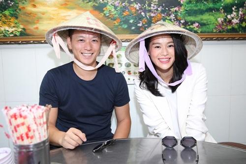 Vợ chồng Hồ Hạnh Nhi đội nón lá, ăn phở Việt - 2
