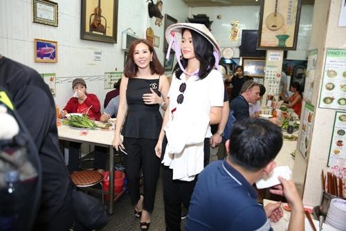 Vợ chồng Hồ Hạnh Nhi đội nón lá, ăn phở Việt - 6