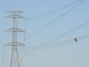 Tin tức trong ngày - Ảnh: Phơi nắng giữa trời sửa cột điện 500kV đổ sập