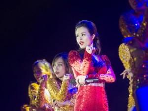 Đông Nhi đẹp như nữ thần trên sân khấu