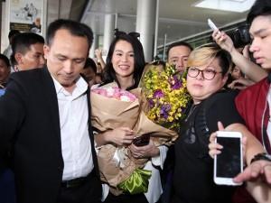 Hồ Hạnh Nhi và chồng điển trai gây nghẽn sân bay Việt