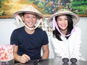 Vợ chồng Hồ Hạnh Nhi đội nón lá, ăn phở Việt