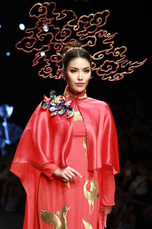 Trương Thị May diện áo dài lộng lẫy làm vedette - 6