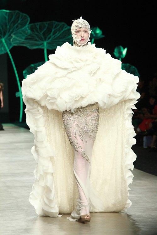 Trương Thị May diện áo dài lộng lẫy làm vedette - 13