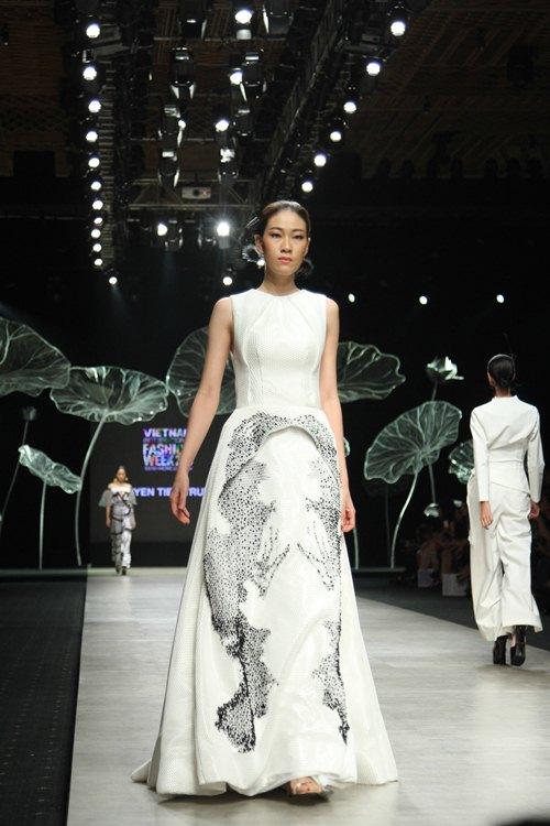 Hoàng Thùy gây chú ý khi diện váy dát vàng lên sàn diễn - 7