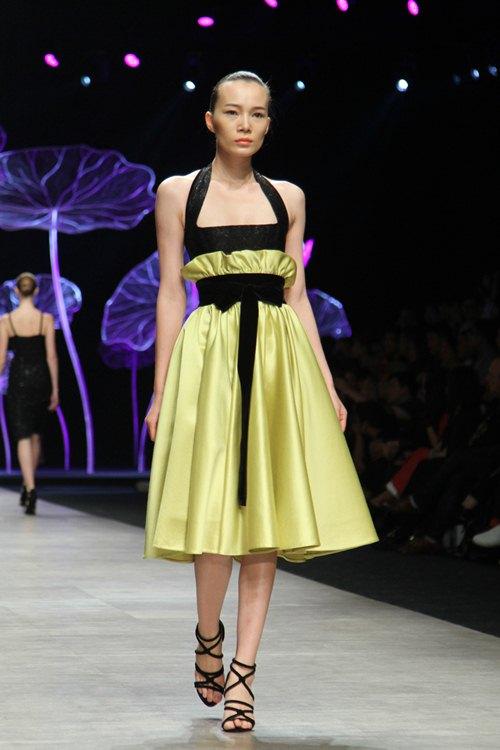 Hoàng Thùy gây chú ý khi diện váy dát vàng lên sàn diễn - 13