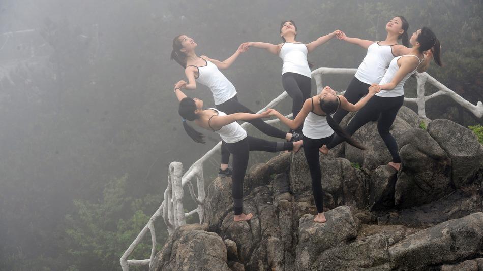 TQ: 6 thiếu nữ xinh đẹp tập yoga chênh vênh bên vực núi - 1