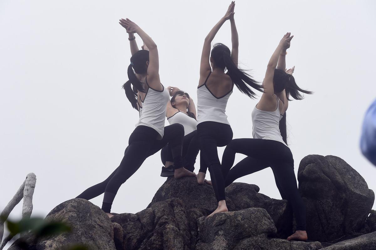 TQ: 6 thiếu nữ xinh đẹp tập yoga chênh vênh bên vực núi - 2