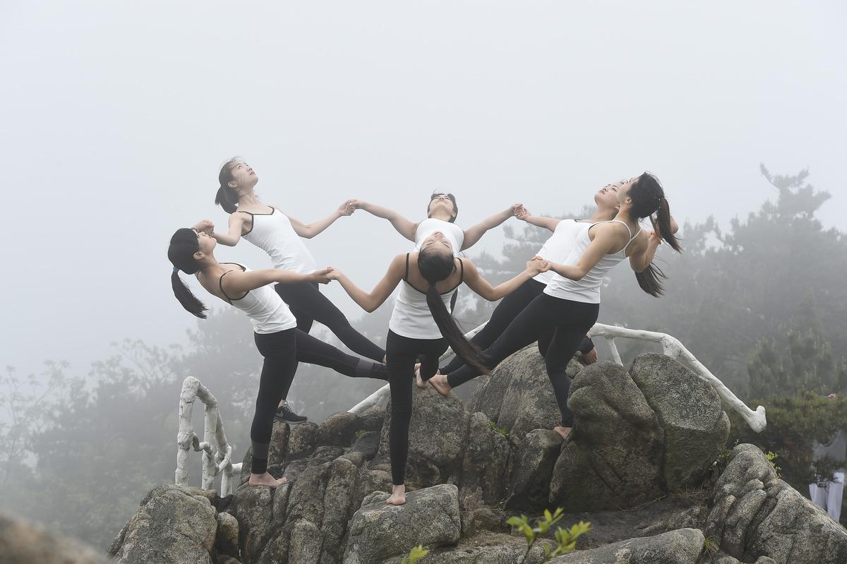 TQ: 6 thiếu nữ xinh đẹp tập yoga chênh vênh bên vực núi - 3