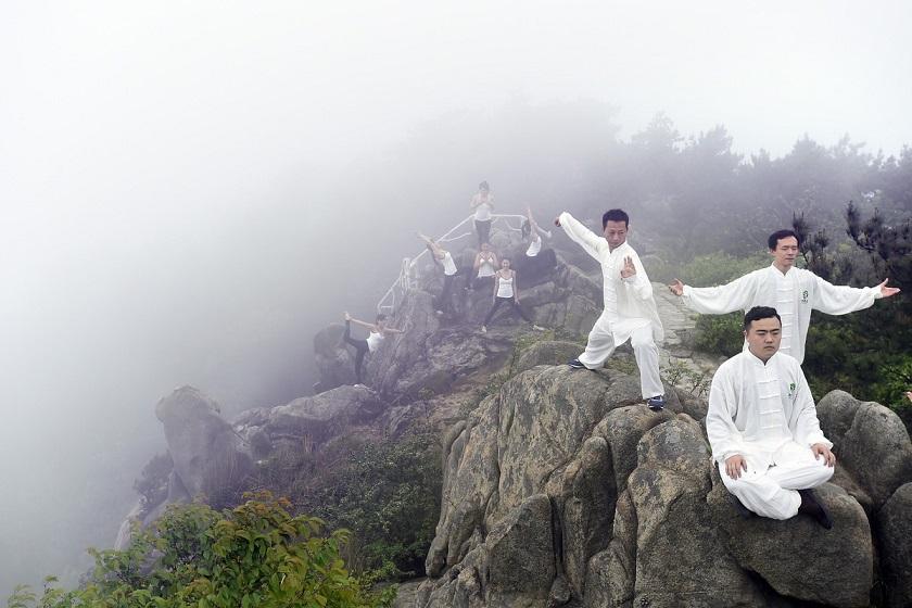 TQ: 6 thiếu nữ xinh đẹp tập yoga chênh vênh bên vực núi - 4